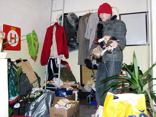Věci vystěhované na chodbu, před dveře zamčeného bytu. Mezi nimi také Marta Šachová (na snímku), pokud ji nevyžene dráždivý pach  držící se v domě po požáru, přespává.  Do bytu se ale nevrátí.
