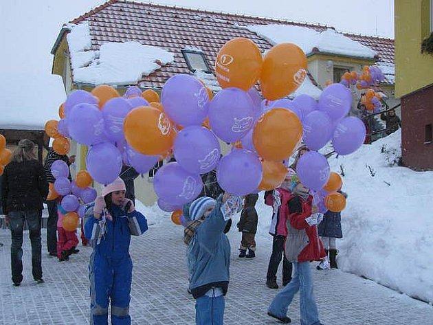 Radost pro malé i velké. Předvánoční akcí v  Němčovicích se stalo vypouštění balónků. Letos jich především děti poslaly za Ježíškem 363.