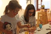Program pro všechny věkové skupiny lákal do areálu ve Dvorci mezi Újezdem u Svatého Kříže a Němčovicemi. Děvčata se třeba vyřádila při zdobení perníčků, malování na obličej i jiných rukodělných dovednostech.