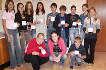 V ZŠ Čechova  ulice  se  uskutečnila  celoškolní  soutěž  v  doplňování  sudoku. Z patnácti finalistů (na snímku nejsou všichni) si nejlépe vedlo trio ve spodní řadě.