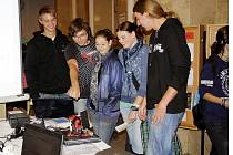 I Střední odborná škola Rokycany se včera prezentovala v rámci Akademie řemesel 2011. Model solárního panelu se simulací natáčení na pohyb Slunce zhotovili žáci v hodinách automatizace. Předváděli ho Petr Pešek, Ladislav Šaman a Jakub Herejk.