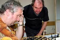 Domov pro studenty v rokycanském sídlišti Železná byl dějištěm mistrovství ČR zrakově postižených šachistů. Domácí Karel Soukup (vlevo) obsadil třetí místo.