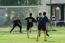 O překvapení se postarali fotbalisté Kařezu. Zvítězili v Holoubkově 3:2. Ještě v 88. minutě utkání se kapitán hostí Jaroslav Mašek (10) pokusil zvýšit vítězné skóre. Jeho střela však míjela pravou tyč Lukášovy branky v uctivé vzdálenosti.