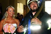 Zbirožská hasičská obec oslavila svatbu svých dvou členů. V kapli zámku se vzali Lukáš Kratochvíl a Jana Kopová.