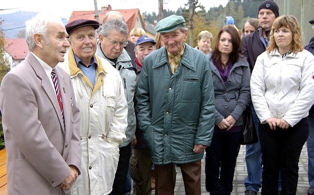Součástí pietního aktu v Dobřívě byl proslov vzdělavatele Rokycanovy župy Petra Kabelky (vlevo).