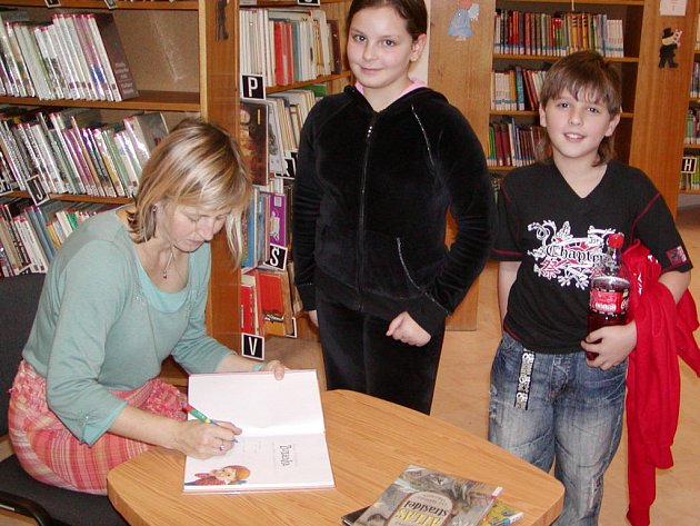 Kluci a děvčata ze základní školy v ulici Míru a z Masaryčky besedovali v městské knihovně se spisovatelkou Danielou Krolupperovou.