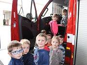 Děti z pohádky si prohlédly stanici hasičského záchranného sboru.