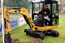 V areálu FC Rokycany úřadují zaměstnanci specializované firmy na výstavbu a údržbu travnatých ploch. Musí kompletně upravit plochu hlavního hřiště a připravit ji pro osetí. Pavel Jiřinec zde likvidoval brankové konstrukce za pomoci bagříku.