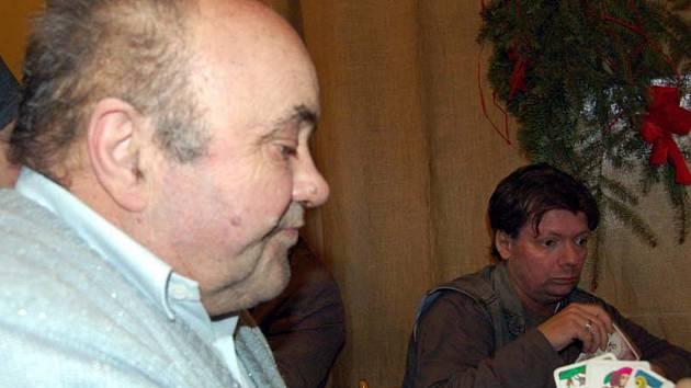Festival ve voleném mariáši se odehrál v sobotu ve skořickém penzionu U svatého Jana. Druhý muž průběžného pořadí Elemír Danielis z Mirošova (vlevo) se v úvodním kole setkal u stolu i s Liborem Hoškem ze Zaječova.