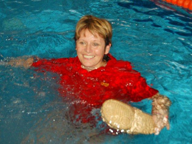 Významné životní jubileum si v sobotu připomněla s přáteli představitelka Rokycanovy župy ČOS Jana Svobodová. Po skončení sokolských plaveckých přeborů ji kolegové hodili do bazénu.