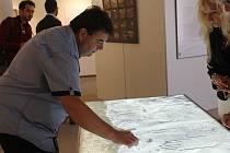 Ve výstavní síni v ulici Josefa Knihy je až do konce srpna zpřístupněna výstava mezi Prahou a Káhirou.