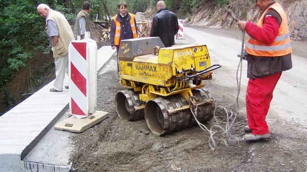 Od července trvá na silnici ze Smědčic do Chrástu zákaz vjezdu pro vozidla nad 3,5 tuny.Důvodem je rekonstrukce vozovky.