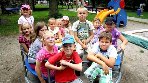 Příměstský tábor, který pořádala rokycanská jazyková škola, si děti užily. Kromě učení angličtiny zažívaly i dobrodružství. Na kolotoči si odpočinek vychutnávali Filip, Kačka, Eva, Andrea, Pavla, Klárka, Kačka, Simonka, Natálka, Hanka, Kryštof a Kuba.