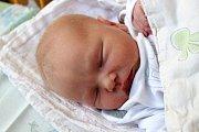 ŠIMON ŘÍHA z Oseka se narodil 13. června ve 23:12 hodin. Maminka Lucie a tatínek Tomáš znali pohlaví miminka dopředu. Šimonovi sestřičky na sále navážily 3370 gramů, naměřily 53 cm. Tatínek byl na sále u porodu pomáhat.