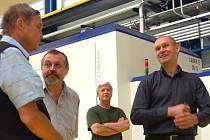 Na ekonomickou krizi našli recept v rokycanské společnosti EuWe. Kolaudovali tu novou výrobní halu, zatím o rozměrech 60 krát 30 metrů. Vpravo je ředitel závodu Petr Krob, který účastníky řízení provázel.