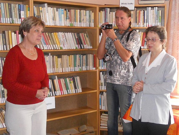 Slavnostní otevření knihovny zahájila chomelská starostka Milena Tomášková. Akci si místní nenechali ujít.