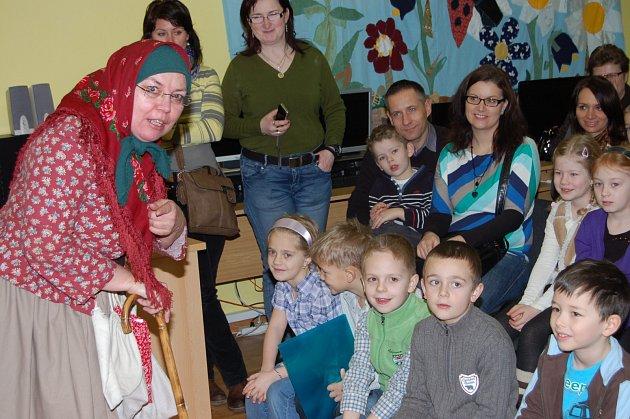 BABA KOŘENÁŘKA v podání Jany Frühaufové vítala včera prvňáčky v sále rokycanské knihovny. Osazenstvo sedmi 1. tříd si sem přišlo pro opravdové vysvědčení, což bylo spojené s pasováním na rytíře čtenářského řádu.