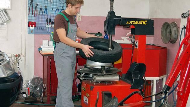 Na jaře mají pneuservisy Rokycanska při přezouvání pneumatik větší klid. Motoristé totiž přijíždějí postupně. Gumy na snímku mění  automechanik Jan Šístek.