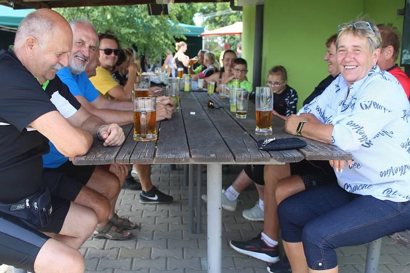 Do obce na jih od Plzně se sjely sbory mužů i žen.