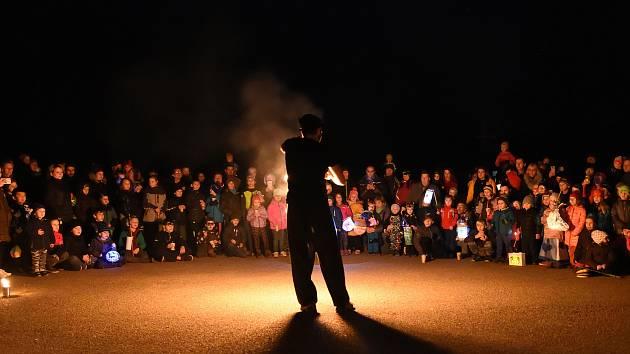Lampionový průvod zakončilo ohnivé vystoupení