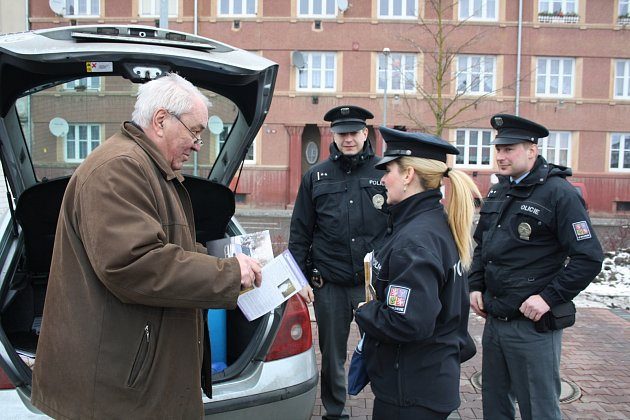 Policejní mluvčí Hana Kroftová (na snímku) společně se svými kolegy včera před obchodním domem v Ružičkově ulici školila seniory o tom, jak být obezřetní. Poučila je, aby si dávali pozor na ulici i doma a chránili tak svůj majetek.