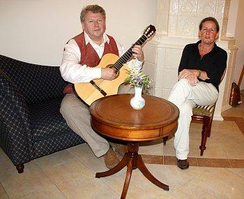 Otevření umělecké kavárny na malém městě je odvážným činem. Kytarista Jan Irving s manželkou Beatrijs (snímek) se ho však  nezalekli a chvíli po otevření už představují první výstavu.