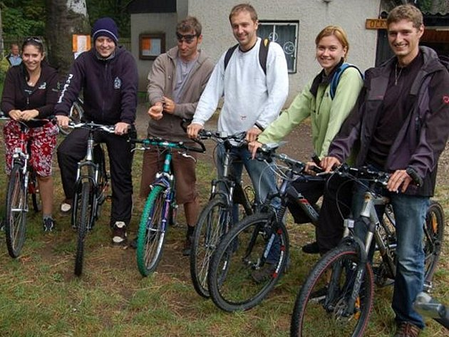 Osmadvacátý ročník cykloturistické akce provázela dopoledne nepřízeň počasí. Přesto z Dobříva vyrazilo na trasy 147 mužů a žen. Byla mezi nimi i tahle skupinka ze Strašic.