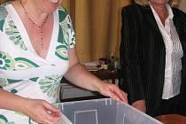 Při krajské konferenci ČSSD ve Volduchách se uskutečnila sbírka na pomoc lidem postiženým povodněmi. Dohromady se od účastníků vybralo 15 610 korun. Na snímku je  s příslušnou urnou Iva Jakubčáková.