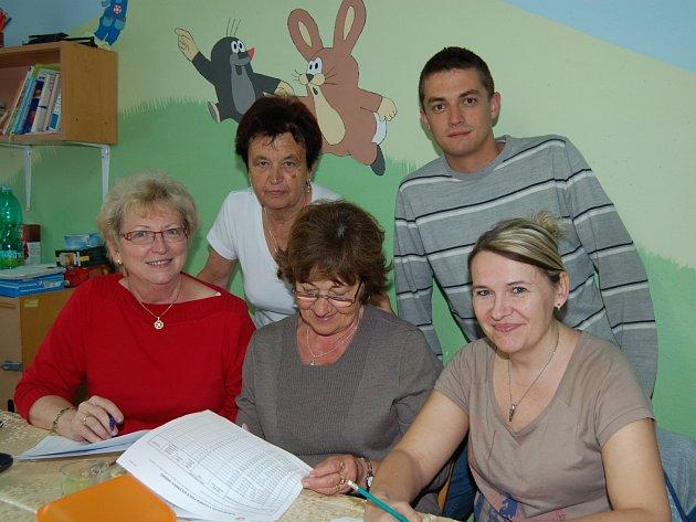 KOMISE VE VŠENICÍCH byla pětičlenná. Nahoře Svatava Kalašová s Václavem Staškem a pod nimi Helena Huclová, Hana Zieglerová i Petra Wohlmuthová.