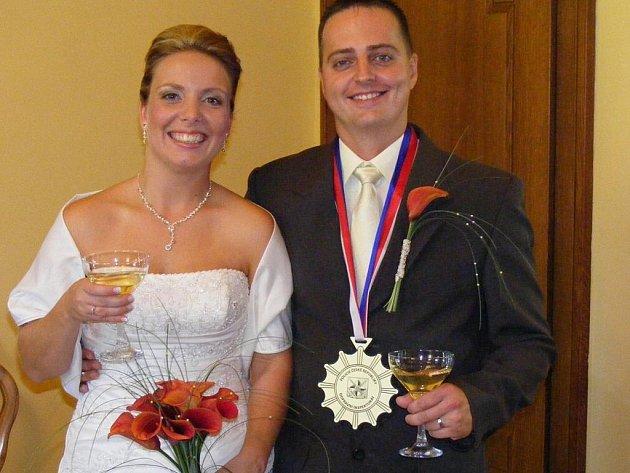 Magické datum zaujalo Veroniku Šťastnou a Miloslava Zíku z Volduch (na snímku). Své ano si řekli na mirošovském zámku a jejich svatba byla kromě výběru termínu netradiční.