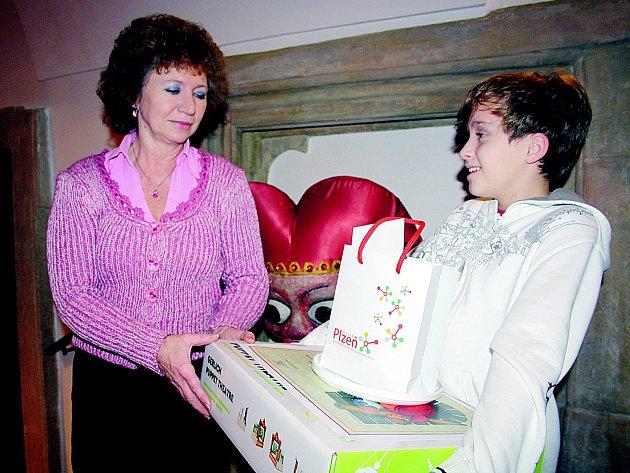 Za jednoho z nejhezčích Kašpárků cenu v plzeňském Muzeu loutek převzal Arian Adam Ott ze ZUŠ Rokycany. Terezka Nová byla šestá. Ocenění předává Hana Beková.