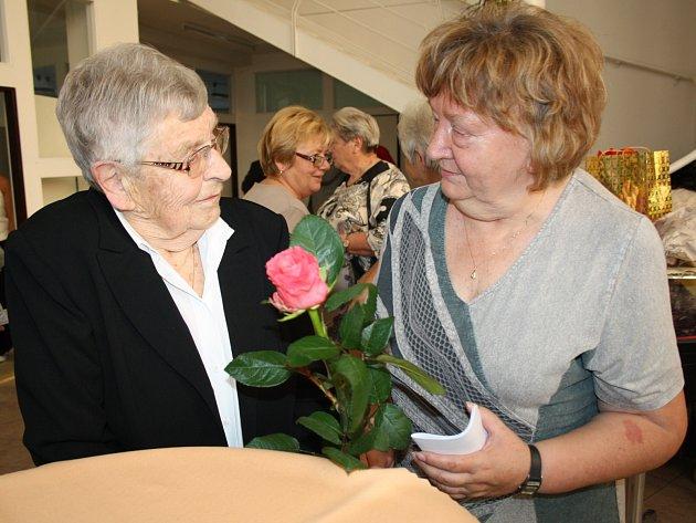 PŘI VERNISÁŽI nové výstavy děl Zdeňka Rumlera nechyběla ani autorova rodina. S manželkou výtvarníka si v průběhu večera měla neustále co vyprávět Jana Potužáková, předsedkyně Unie západočeských výtvarníků.