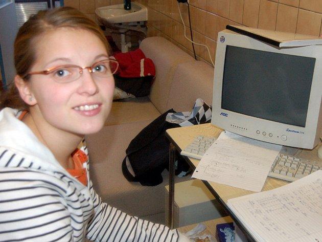 Do nemocnice spěchala v úterý ráno studentka Lenka Kantárová. Přijímala poplatky 90 korun od pacientů, kteří museli vyhledat pohotovost.