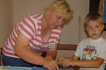 DĚTSKÉ HRÁTKY LÁKALY. Součástí kornatických slavností byla zábava pro nejmenší návštěvníky. Hana Levová pomohla vyzdobit tričko Vojtovi Náměstkovi z Plzně.