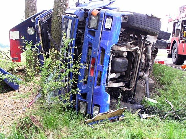 U Mýta havaroval kamion DAF.