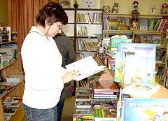 Milada Holá (na snímku), vedoucí rokycanské Knihy říká, že kamenný obchod je stále lepší než internetový nákup.