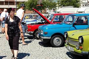Střed Rokycan patřil v neděli fanouškům motoristického sportu. Vrcholil tu desátý sraz majitelů trabantů, wartburgů a barkasů. Premiéra se odehrála v roce 2001 na Butově a od té doby se pyšní majitelé východoněmeckých strojů setkávají pravidelně.