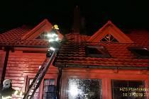 DOBROVOLNÍ A PROFESIONÁLNÍ hasiči ze sedmi jednotek úřadovali v noci na pondělí ve Sklené Huti. Hořela zde střecha roubeného rekreačního objektu.