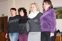 Černá a bílá místo pravé a levé nohy. Divadelní spolek Padlých holek se schází každý týden a nacvičuje třeba vystoupení na muziku Ewy Farné. Až si tanečnice oblečou kostýmy, barevně rozdělené poloviny jejich těl opticky splynou v jedno.
