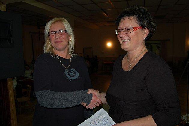 Eva Pancová (vlevo) stále ještě nevěří, že vyhrála Všenického gurmána pro letošní rok. Hostinská Stáňa Jelínková ji nakonec přesvědčila.