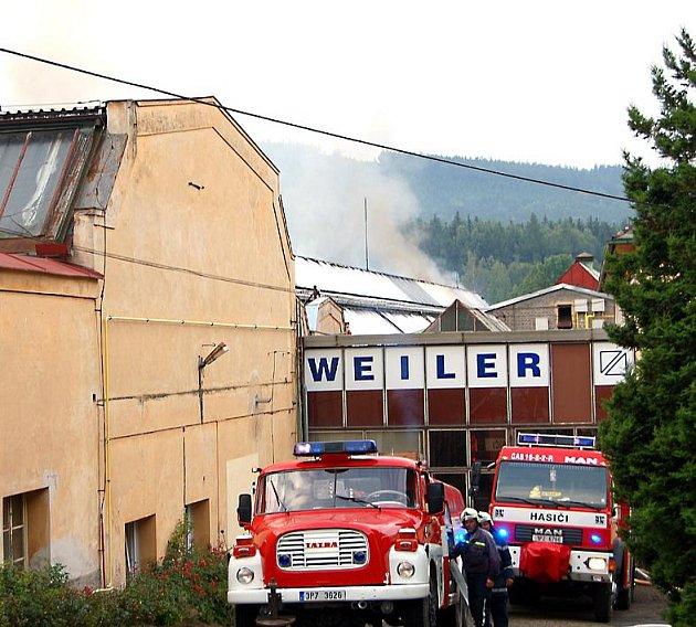 Zaměstnanci se do továrny nedostali. Horní brána byla sice otevřena, ale vstup do haly patřil hasičským vozům.