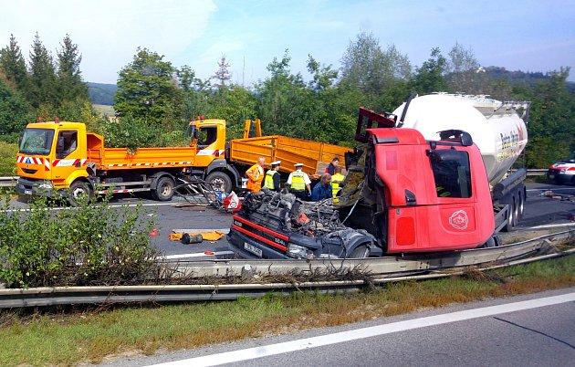 Kamion narazil do vozidel silničářů