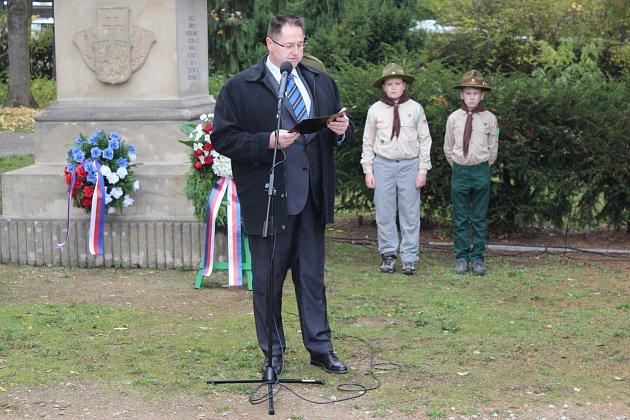 MÍSTOSTAROSTA ROKYCAN Tomáš Rada při včerejším pietním aktu u pomníku pod nádražím připomněl okolnosti, které vedly ke vzniku samostatného státu Čechů a Slováků v roce 1918.