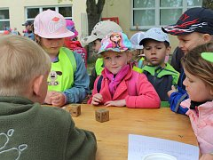 Pro děti z mateřských škol i odrostlejší kluky a děvčata z prvního stupně devítiletek bylo včera v areálu DDM připravena paleta soutěží, her a kvizů.