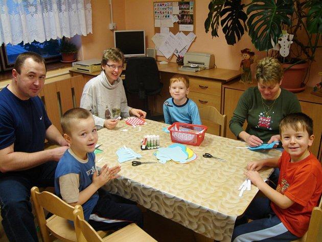 Rodiče zasedli totiž v rokycanské mateřince ve Školní ulici se svými ratolestmi k malým stolkům a věnovali se společně zaměstnání.