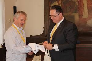 Na rokycanské radnici přijal zástupce kuželkářů místostarosta Tomáš Rada.
