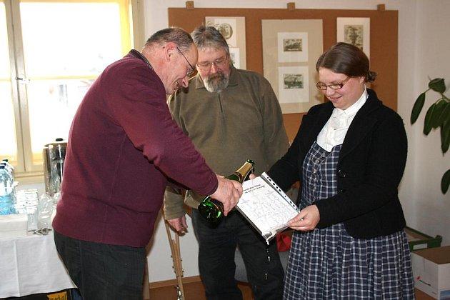 V sobotu se v muzeu ve Strašicích konal slavnostní akt. Starosta Hořovic Ondřej Vaculík (na snímku vlevo) společně s autorkou Janou Bělovou a Martinem Langem (uprostřed) pokřtili.