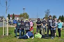 Brigáda na sázení stromů v areálu Ultramarínky