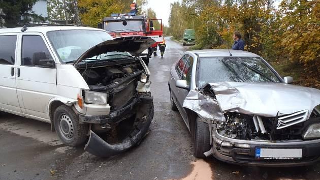 Kolize osobního automobilu s dodávkou vypadala v úterý po patnácté hodině dramaticky. Řidička citröenu v autě vezla dítě. Naštěstí oba vyvázli pouze s drobnými oděrkami.