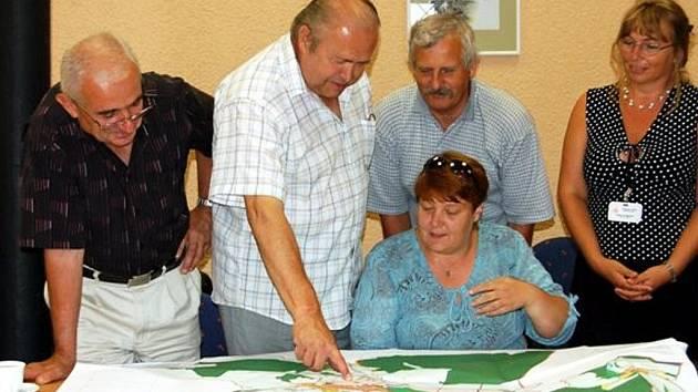 Územní plán, který ovlivní vývoj Zbiroha do příštích let, se stává skutečností. Ve středu se kvůli jeho schvalování v zasedací místnosti Triana  Městského úřadu Rokycany sešlo jednání.